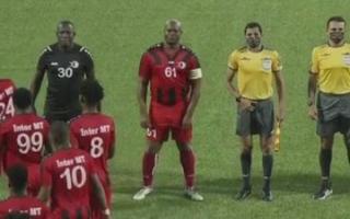 """الصورة: نائب رئيس سورينام مطلوب لـ """"الإنتربول"""" ويقود فريقه في دوري """"الكونكاكاف"""""""