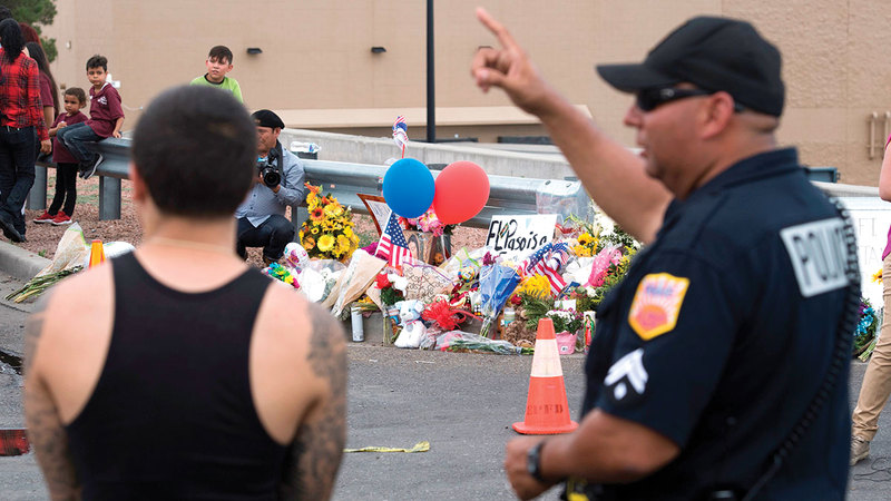 الشرطة الأميركية تراقب مركزاً تجارياً في ولاية تكساس حيث قُتل 20 شخصاً نتيجة إطلاق نار عشوائي وكثيف.  أ.ف.ب