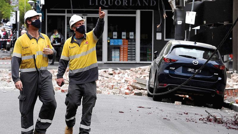 آثار الدمار بادية على مظاهر المدينة.  أ.ف.ب