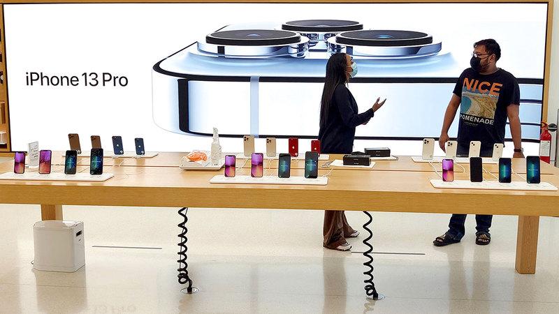 «أبل» طرحت هواتفها الجديدة وسط تدابير احترازية للتباعد الاجتماعي.تصوير: أسامة أبوغانم