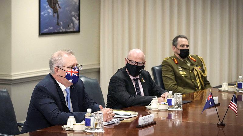رئيس الوزراء الأسترالي ووزير الدفاع الأميركي خلال اجتماع في البنتاغون.  أ.ف.ب