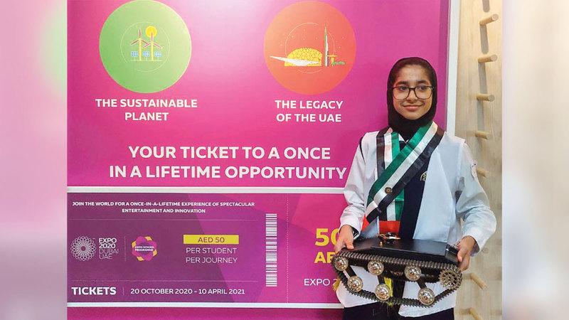 الطالبة مريم حسين خلال عرض ابتكارها.  من المصدر