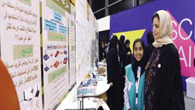 الوزيرة جميلة المهيري تطلع على مشروع الطالبة في مهرجان التكنولوجيا والابتكار.  من المصدر