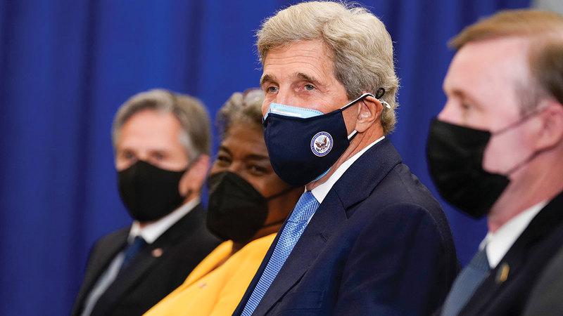 المبعوث الرئاسي الخاص للمناخ جون كيري يسعى لتجربة كل وسيلة من شأنها تقليل الانبعاثات.  أ.ب