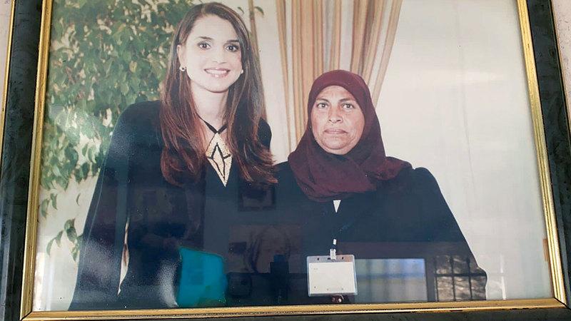 صورة تجمع أم حسن بالملكة رانيا تدل على تاريخ نضالها.  الإمارات اليوم