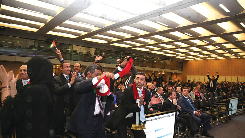 عبدالله بن زايد والوفد الإماراتي لحظة الإعلان عن فوز دبي باستضافة «إكسبو 2020». الأرشيف الوطني