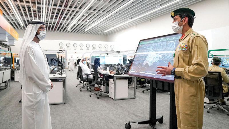 محمد بن راشد خلال زيارته لغرفة العمليات والتحكم في «إكسبو 2020 دبي».  وام