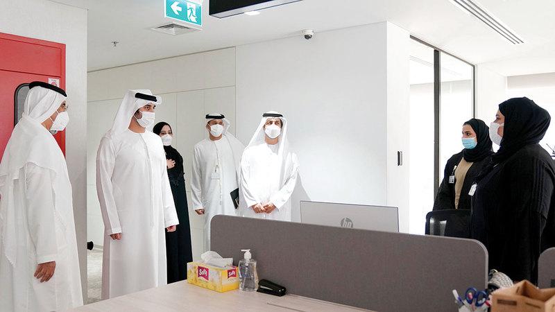 مكتوم بن محمد خلال لقائه بفريق عمل وزارة المالية.   من المصدر