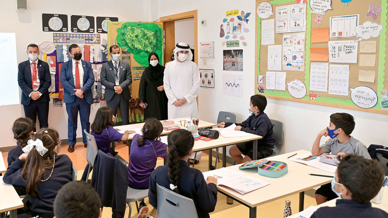 حمدان بن محمد خلال زيارته إلى «مدارس دبي – البرشاء».   وام