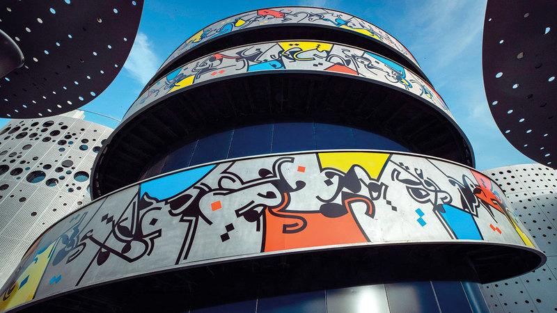 وسام شوكت حوّل سور درج المبنى رقم 3 إلى تحفة فنية محفّزة للتفكير الخلاق.   من المصدر