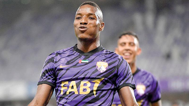التوغولي لابا كودجو سجل 41 هدفاً بقميص العين.   تصوير: نجيب محمد