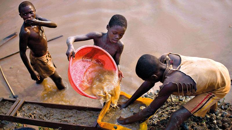 أطفال في سيراليون يبحثون عن الذهب.  أرشيفية