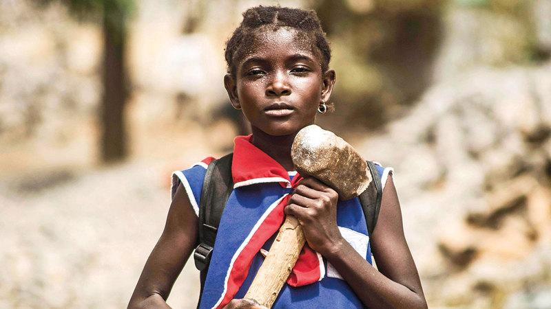 تكسير الحجارة من المهام الموكلة للأطفال في القرى الأفريقية.  ارشيفية