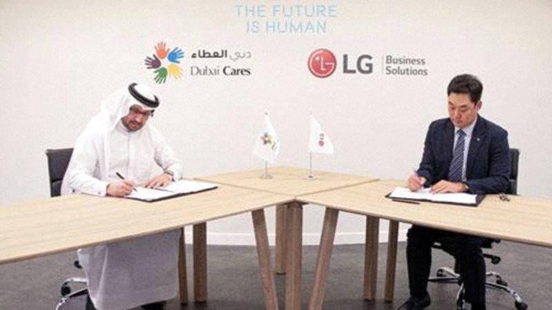 خلال توقيع اتفاقية الشراكة بين «دبي العطاء» و«إل جي إلكترونيكس».   من المصدر