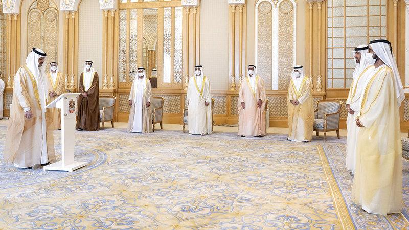 مكتوم بن محمد تقدم الوزراء الذين شاركوا في أداء القسم.   وام