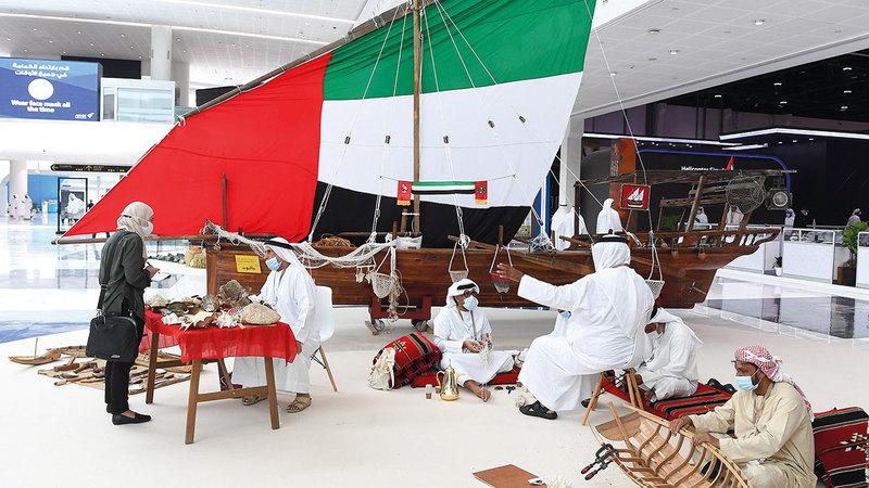 جناح «تراث الإمارات» في المعرض يجسّد تنوع التراث الإماراتي.    تصوير: إريك أرازاس