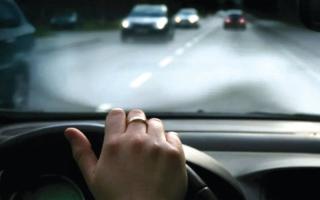 الصورة: نصائح.. 5 أسباب رئيسة وراء انحراف السيارة عن مسارها