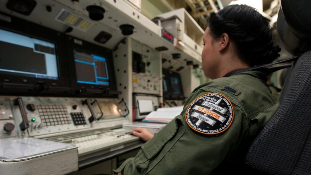 طاقم الأسلحة النووية يتدربون على كيفية إطلاق الصواريخ. من المصدر