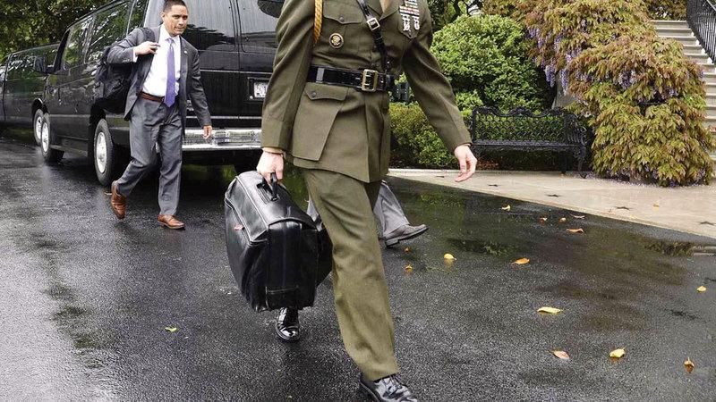 عسكري يحمل الحقيبة النووية في حديقة البيت الأبيض.  من المصدر