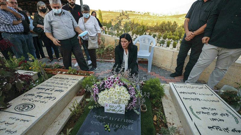 قبر ابنتها «سهى» كان قبلة جرار فور الإفراج عنها.  الإمارات اليوم