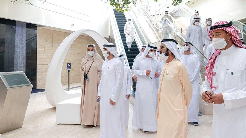 محمد بن راشد خلال زيارته جناح المملكة العربية السعودية.  وام
