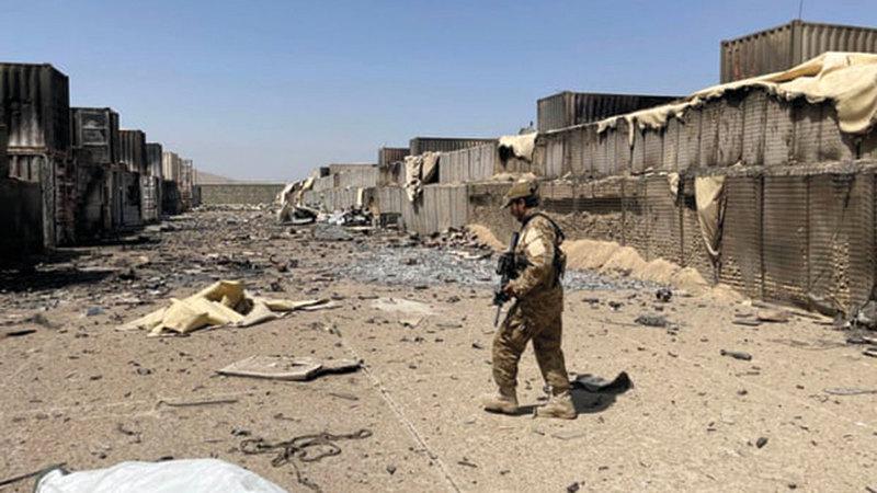 أحد عناصر «طالبان» يقود الصحافيين حول القاعدة المهجورة. À من المصدر