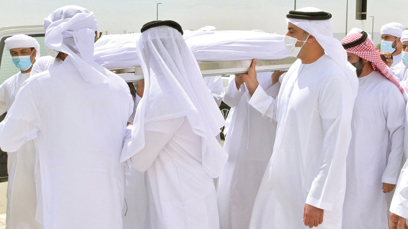 سيف بن زايد خلال مشاركته في تشييع جثمان شهيد الواجب ناصر الراشدي.   وام