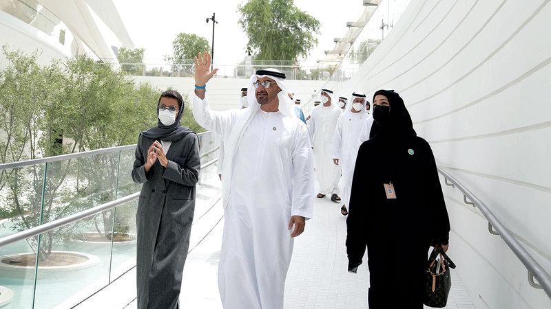 محمد بن زايد خلال زيارته جناح دولة الإمارات.  وام