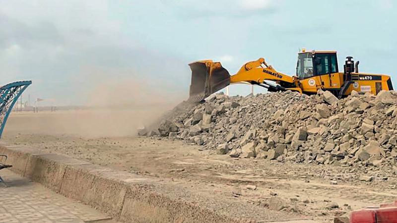 المعدات عملت حواجز صخرية وترابية استعداداً لـ«شاهين».   من المصدر