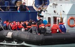 الصورة: ترحيل طالبي اللجوء من بريطانيا إلى البلقان لردع الهجرة غير الشرعية