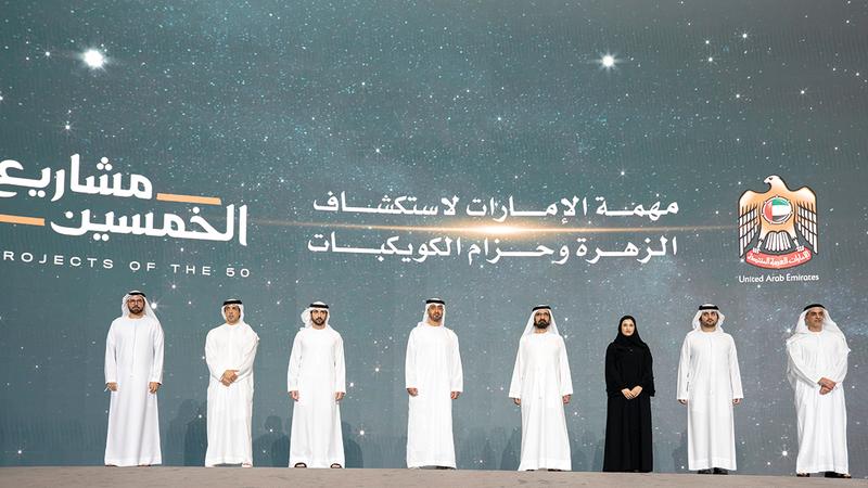 محمد بن راشد ومحمد بن زايد خلال فعالية إعلان حكومة الإمارات عن المشروع الفضائي.   من المصدر