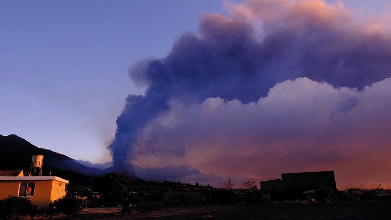الدخان يتصاعد من فوهة البركان في جزر الكناري.   أ.ب
