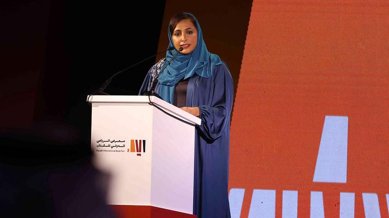 بدور القاسمي خلال مشاركتها في مؤتمر النشر بمعرض الرياض الدولي للكتاب.  من المصدر