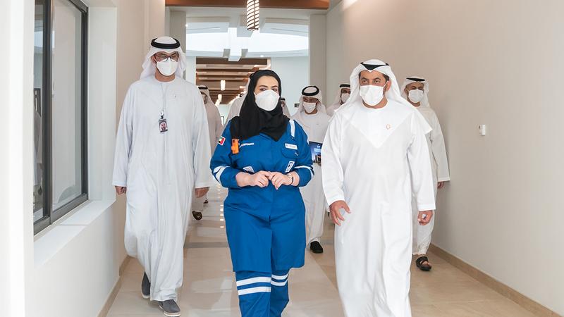 حمدان بن زايد خلال افتتاحه مجمع أدنوك السكني بمدينة مزيرعة في منطقة الظفرة.  من المصدر