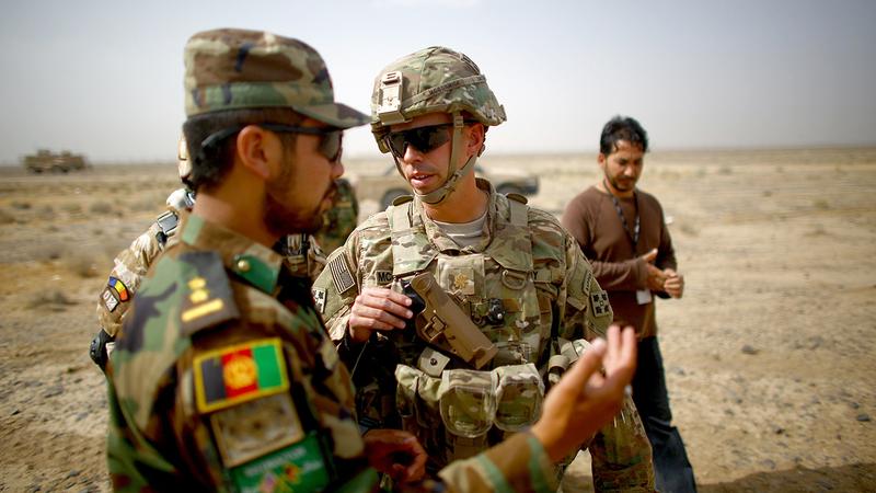 جندي أميركي يدرّب جنود الجيش الأفغاني.  أرشيفية