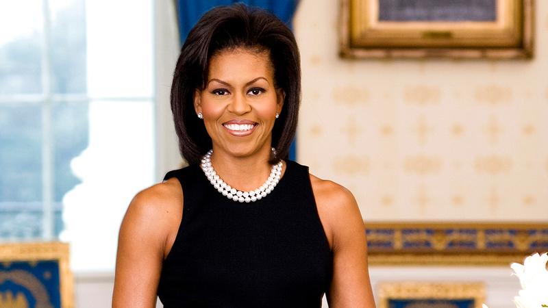 ميشيل أوباما ترتدي فستاناً من دون أكمام.  من المصدر