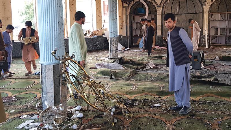 آثار تفجير مسجد لأقلية الهزارة الشيعية في مدينة قندوز شمال أفغانستان.  إي.بي.إيه