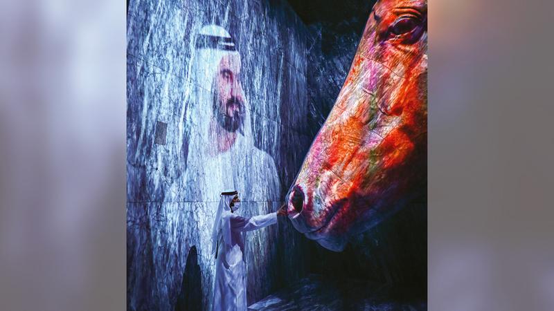 محمد بن راشد خلال زيارته جناح «الرؤية».  من المصدر
