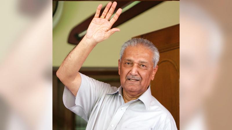 خان يلوّح بيده للصحافيين من باب منزله خلال إقامته الجبرية.   رويترز