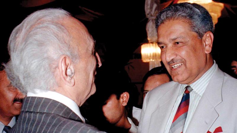 يتلقى التحية من وزير الخارجية الباكستاني السابق صاحب زاده يعقوب خان.   رويترز