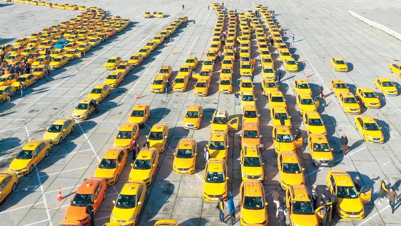 التراخيص الممنوحة لسيارات الأجرة المتاحة في إسطنبول بقيت ثابتة على الرغم من تضاعف عدد سكان المدينة.   من المصدر