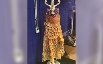 الصورة: ثقافات إكسبو.. ارتدته «سيدة أولى».. فستان بأوراق النخيل والقرع