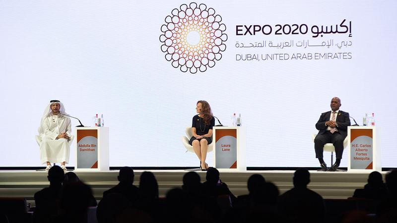 خلال جلسة ناقشت كيفية عمل القطاع اللوجستي في دبي كبوابة رئيسة للشرق الأوسط.  تصوير: أحمد عرديتي