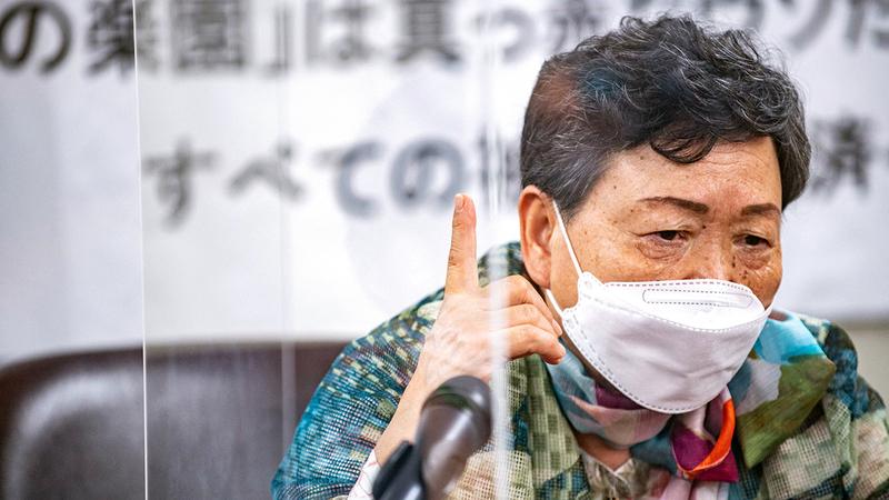 أحد المدعين يتحدث في مؤتمر صحافي في طوكيو.   أ.ف.ب