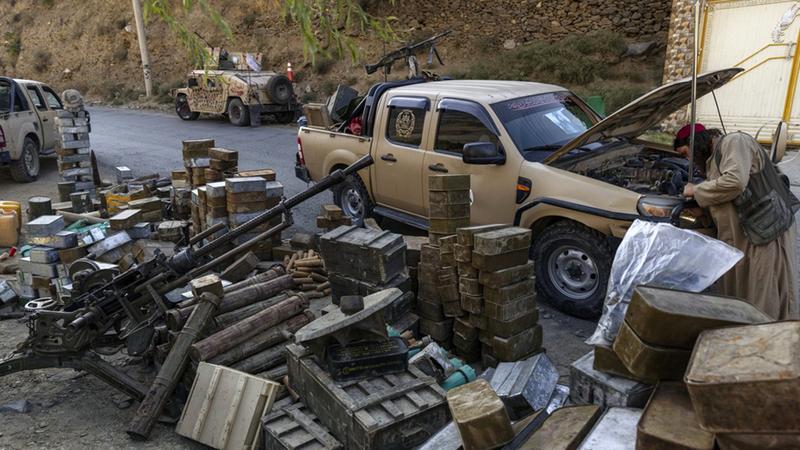 مقاتلو «طالبان» غنموا سيارات مدرعة أميركية.  من المصدر