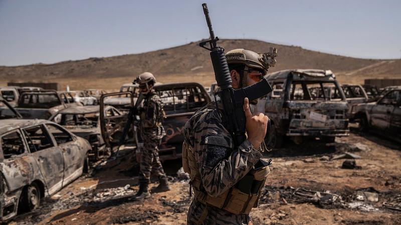 كميات كبيرة من الأسلحة الأميركية تركها الجنود الأميركيون خلفهم.  من المصدر