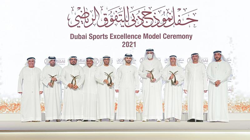 منصور بن محمد خلال تكريم الفائزين في فئات الدورة الثامنة من «نموذج دبي للتفوق الرياضي».  من المصدر