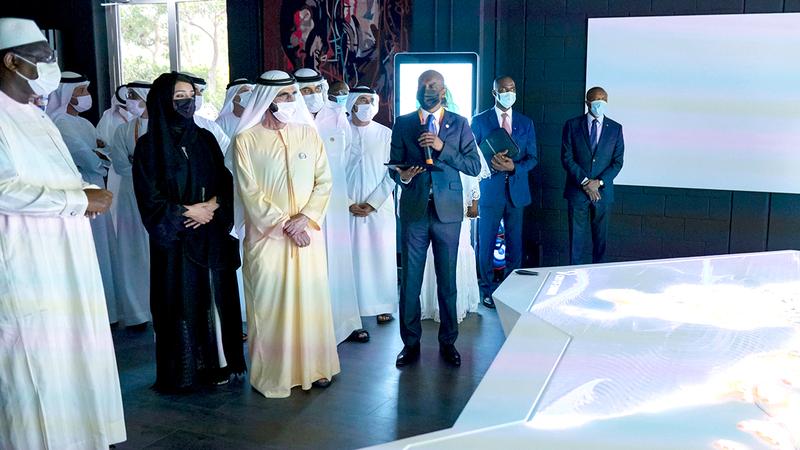 محمد بن راشد ورئيس السنغال تفقّدا الجناح المقام في منطقة التنقل.  من المصدر