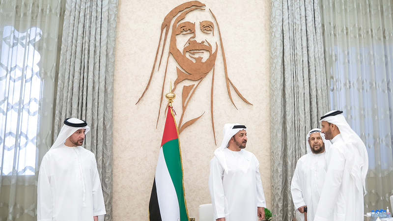 حمدان بن زايد خلال استقباله المواطنين بقصر مزيرعة في مدينة ليوا.  وام