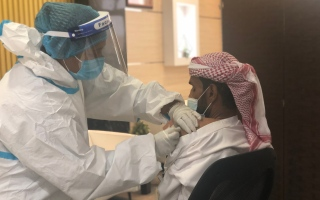 """الصورة: حملة تطعيم الانفلونزا في """"اجتماعية الشارقة"""" لكبار المواطنين والموظفين"""